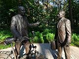 Памятник В.П. Джелепову и Б.М. Понтекорво